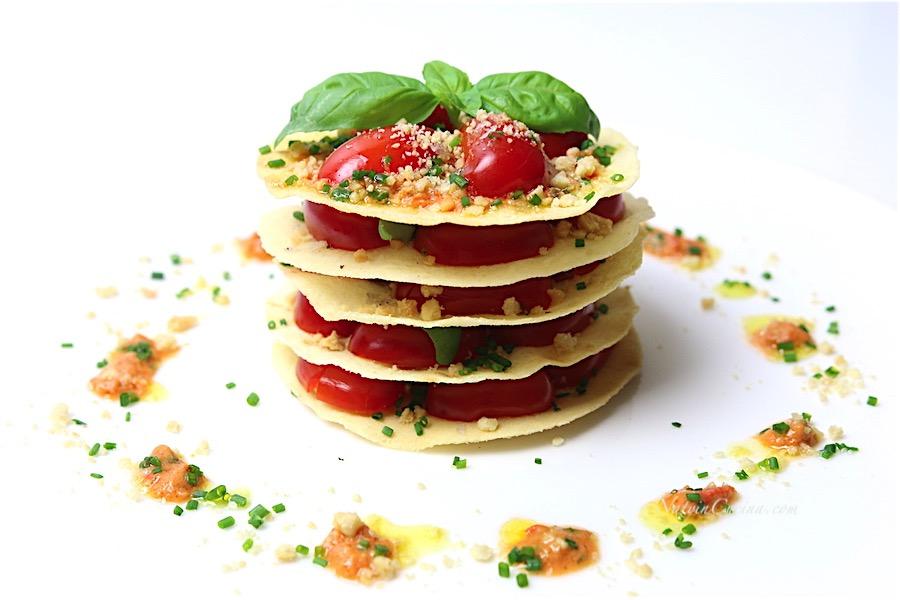 millefoglie di pane carasau, pomodori datteri,arachidi e basilico