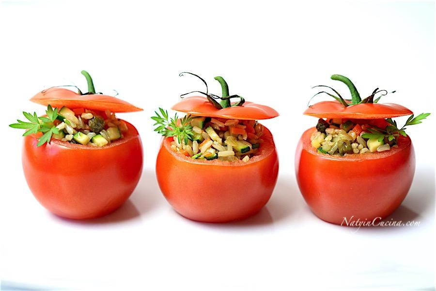 pomodori ripieni di riso integrale gange, con capperi e salsa teriyaki